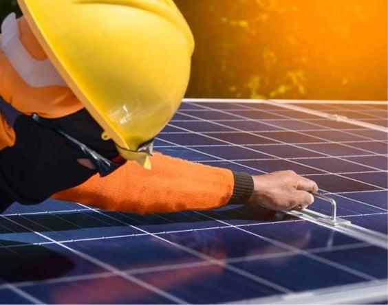 Nextlight ENERGY man is installing solar plates